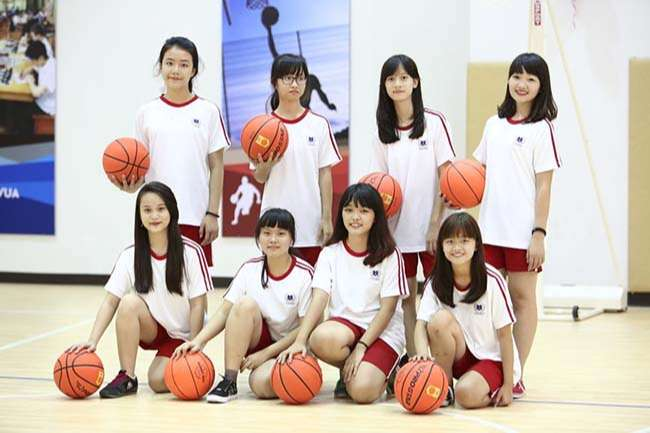 Học sinh chơi bóng rổ