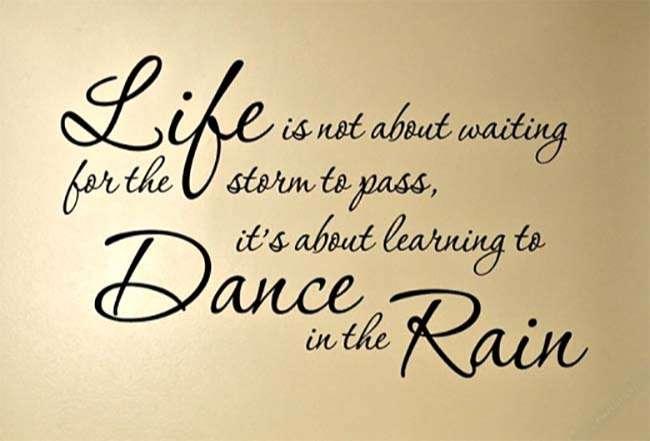 Cuộc sống không phải là chờ đợi cơn bão qua, mà là học cách nhảy trong vũ bão