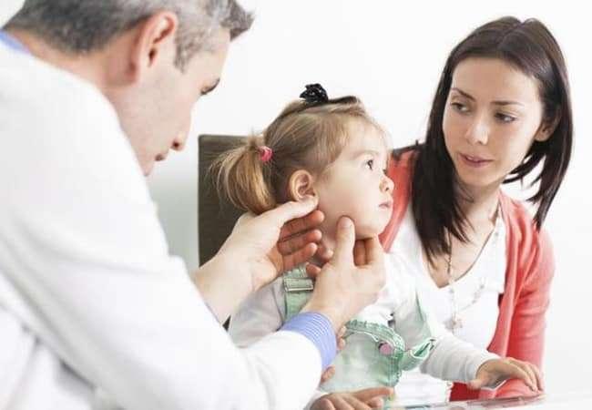 Bé sẽ có những triệu chứng lười hoạt động và giao tiếp khi mắc chứng chậm nói
