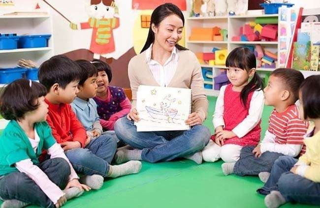 Cho trẻ chậm nói tiếp xúc với các bạn đồng trang lức là cách giúp trẻ có nhiều cơ hội phát triển ngôn ngữ tốt hơn