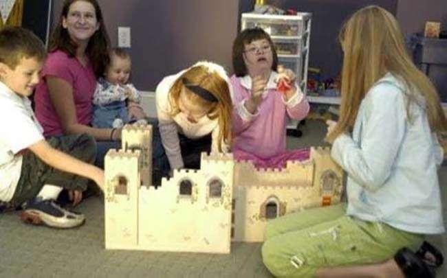 Dạy trẻ học cách chơi đồ chơi theo nhiều cách khác nhau sao cho trẻ không gặp khó khăn