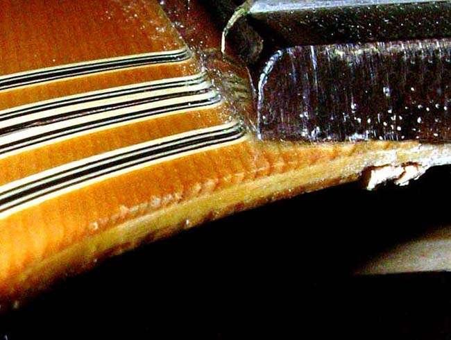 Gỗ Laminate ( gỗ ép ) không thấy đường kẻ dọc từ mặt gỗ xuống, mà thấy 3 lớp gỗ (những đường kẻ ngang)
