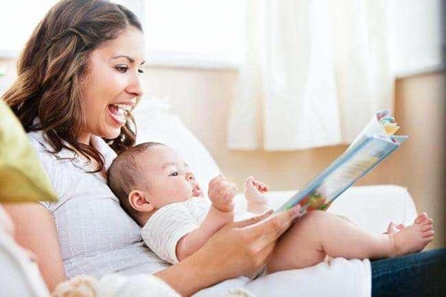 Giao tiếp với bé nhiều hơn giúp tăng cường khả năng ngôn ngữ cho bé
