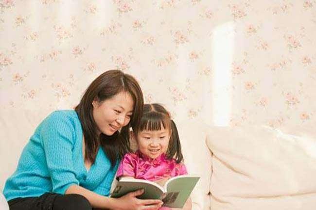 Vừa đọc truyện vừa chỉ chữ cái cho trẻ nhớ
