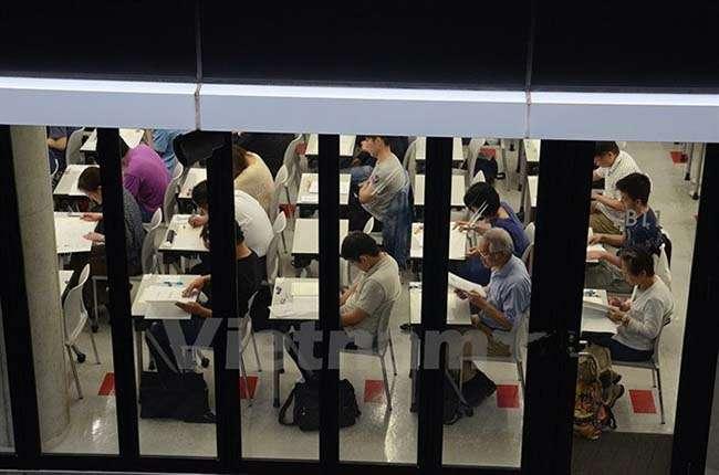 Các thí sinh tham dự kỳ thi năng lực tiếng Việt tại Nhật Bản đang chăm chú làm bài