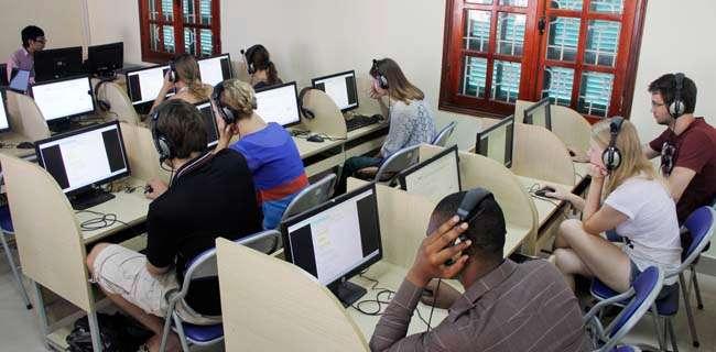 Sinh viên người nước ngoài đang trong phòng thi tiếng Việt
