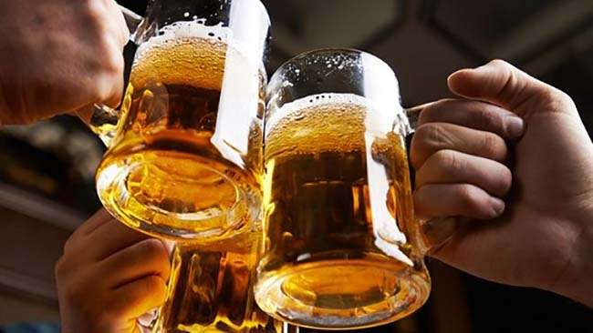 Uống bao nhiêu cốc bia sẽ bị thổi phạt về nồng độ cồn