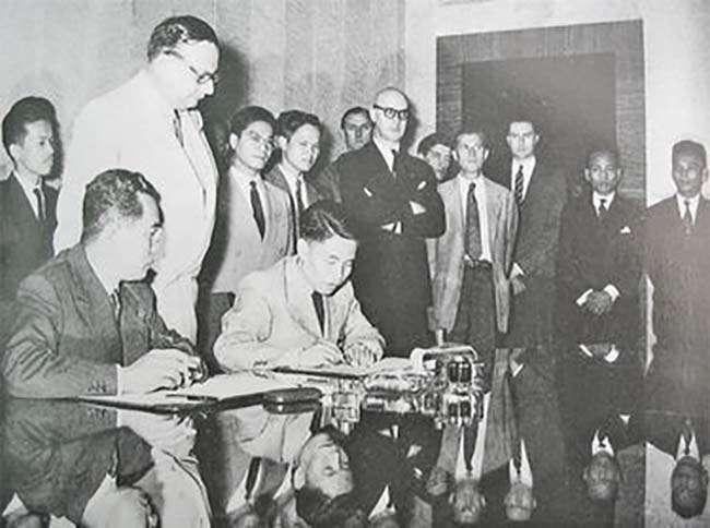 Đại diện Tổng tư lệnh Quân đội Nhân dân Việt Nam Tạ Quang Bửu ký Hiệp định đình chiến ở Đông Dương (Hiệp định Genève)