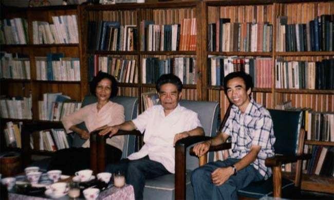 GS Bùi Trọng Liễu (phải) và GS. Tạ Quang Bửu cùng phu nhân, Hà Nội, 1970