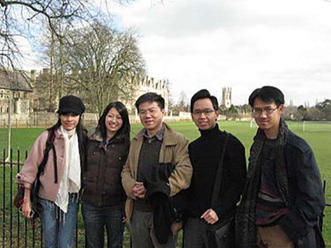 Giáo sư Ngô Bảo Châu chụp hình cùng một số sinh viên và đồng nghiệp ở Christ Church Meadow, Trường Đại học Oxford, Anh