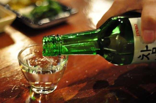 Khi sinh sống tại Hàn Quốc bạn nên lưu ý khi rót rượu tránh để miệng chai chạm vào miệng ly