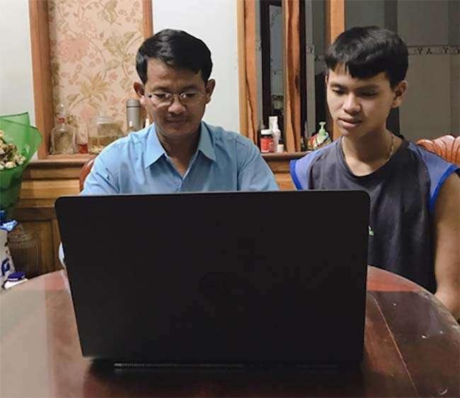 Anh Đặng Hùng Phi cùng con trai ôn bài qua các video bài giảng