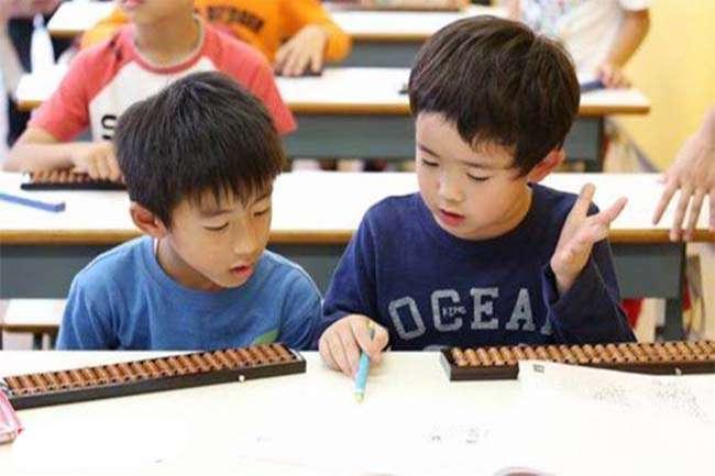 Các em đang tập trung học bài