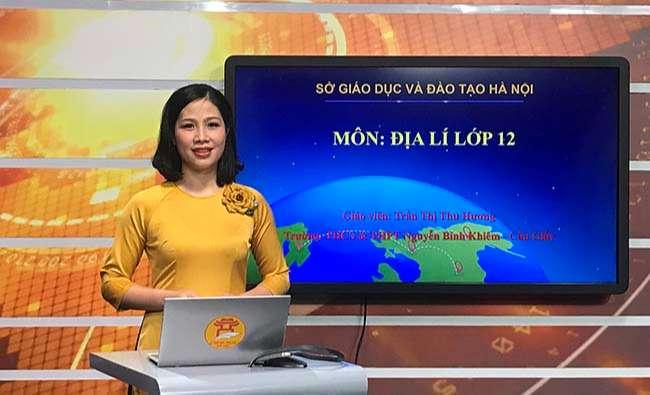 Cô Trần Thị Thu Hương trong buổi ghi hình bài giảng Địa lý lớp 12 tại Đài Phát thanh và Truyền hình Hà Nội sáng 17-3