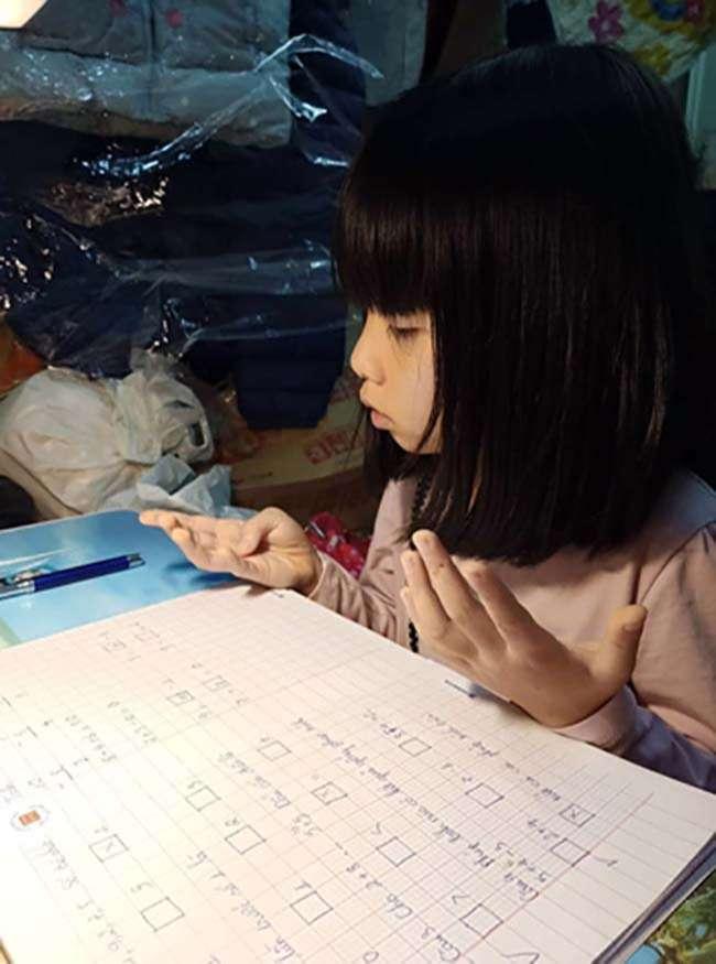Con gái chị Chi học Toán tại nhà