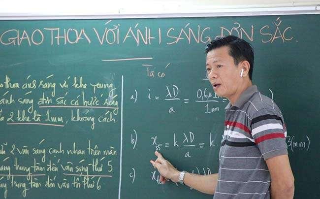 Giáo viên trường THPT Nguyễn Du (TP HCM) thực hiện bài giảng Vật lý để phát trên các phương tiện truyền thông của trường hôm 17-3