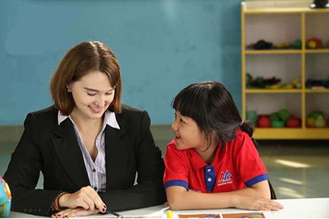 Giao tiếp với người nước ngoài cũng là một cách giúp bé tiếp thu nhanh