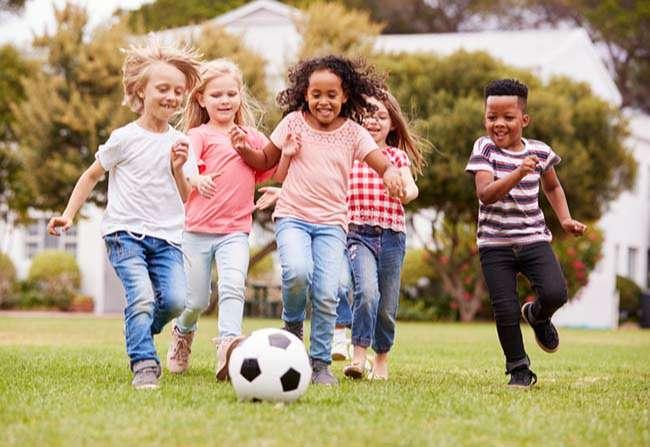 Học sinh Mỹ chơi bóng ở công viên