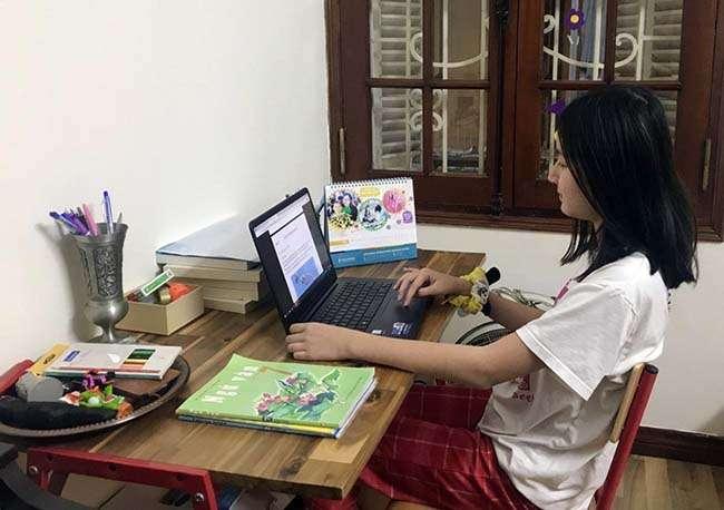 Học sinh trung học của trường Wellspring học online tại nhà