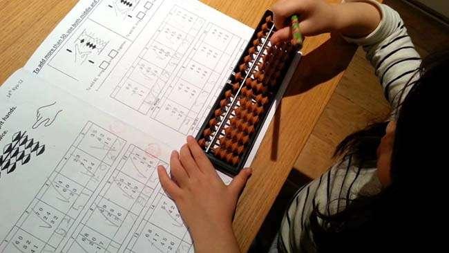 Học tính toán với bàn tính Soroban đến từ Nhật Bản