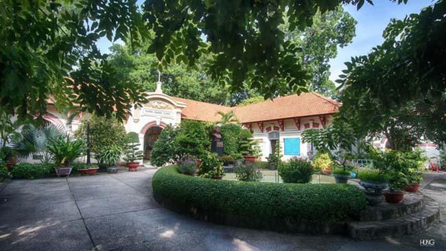 Khuôn viên trường THPT Marie Curie