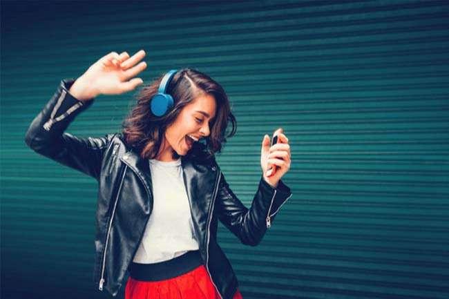 Luyện nghe bằng các bộ phim hay bài nhạc yêu thích cũng là một các học hiệu quả