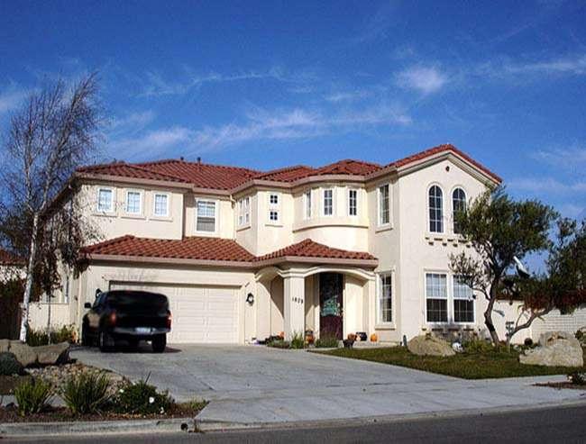 Một ngôi nhà ngoại ô lớn trị giá khoảng 1.000.000 đô la (năm 2006) ở Salinas, California, được hiển thị cho quy mô sức mua