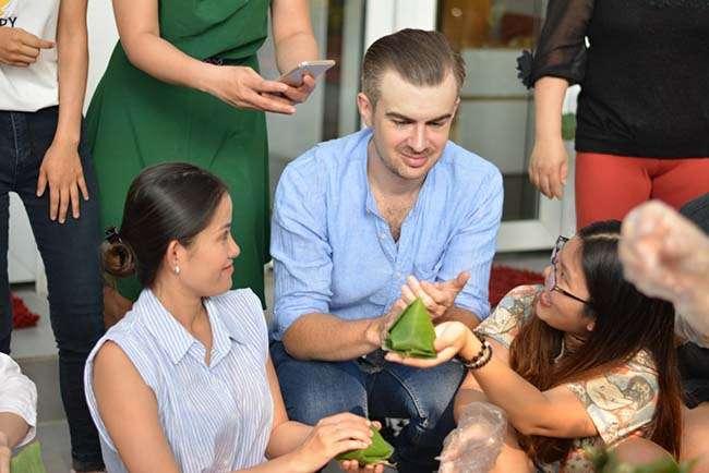 Tập trò chuyện với người nước ngoài là cơ hội tốt để rèn luyện tiếng Anh