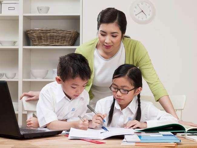 Cha mẹ theo sát quá trình học tập trực tuyến của con
