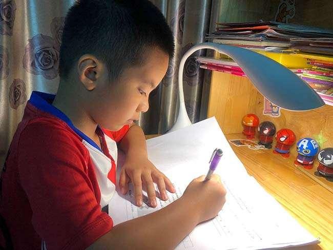 Con trai anh Lê Hồng Phong trong giờ học tại nhà