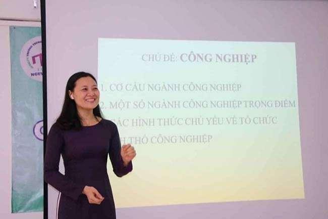 Giáo viên Địa lý trường THPT Nguyễn Du trong buổi ghi hình bài giảng hồi tháng 3