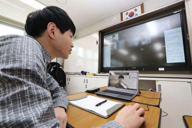Giáo viên một trường tiểu học tại thành phố Sejong, Hàn Quốc, dạy trực tuyến vào ngày 30-3