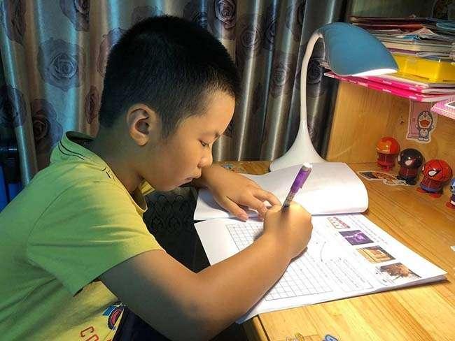 Học sinh lớp 1 trường Tiểu học Hồng Hà (quận Bình Thạnh, TP HCM) làm bài tập do cô giáo giao