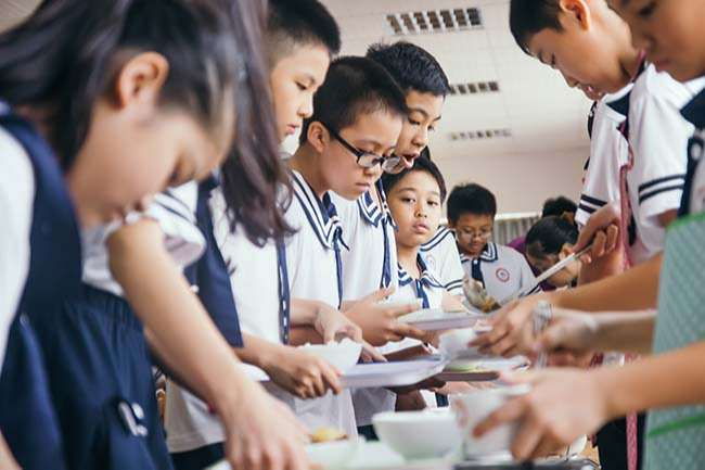 Học sinh trường Quốc tế Nhật Bản tự chia đồ ăn và thu dọn sau bữa ăn