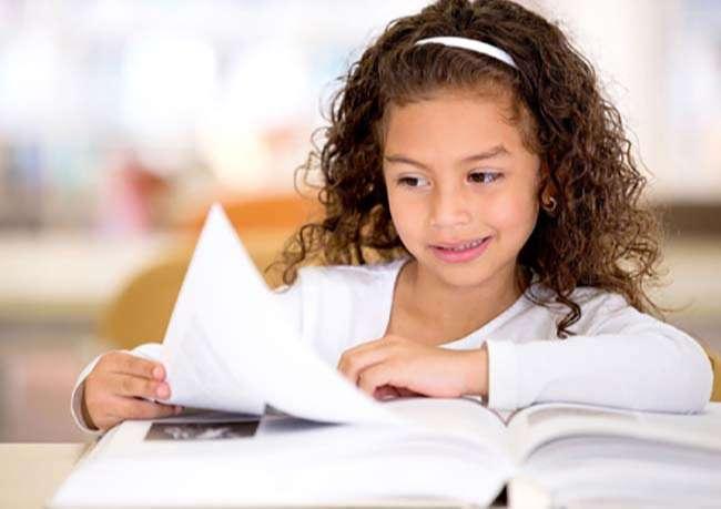 Phụ huynh nên khuyến khích trẻ tìm hiểu qua sách vở